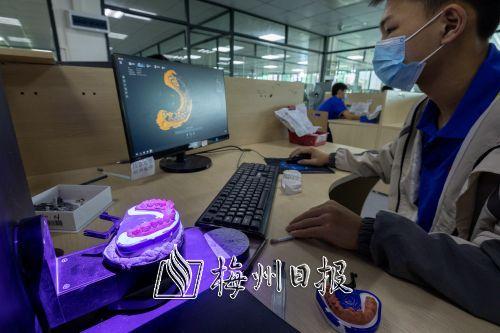 梅州市国友义齿有限公司技术人员通过扫描印模进行数字化牙体建模,为客户精确定制义齿。(图片均由首席记者连志城摄)