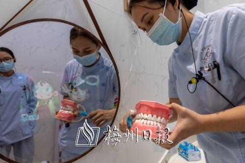 五华世客口腔医院设置了爱牙体验馆等功能场馆,医护人员可现场指导小朋友爱牙护牙知识。