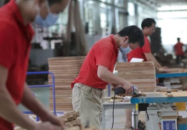五华东成家具有限公司解决当地300多名闲置劳动力就业问题 南方日报记者石磊摄影